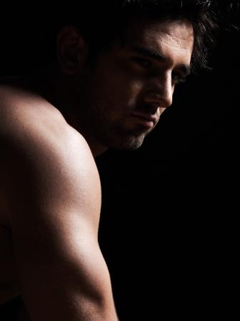 seins nus: beau caucasien homme sexy torse nu portrait macho muscl� torse nu en studio fond noir