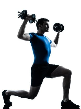 levantamiento de pesas: un hombre cauc�sico ejercicio de entrenamiento con pesas ejercicios de fitness en el estudio de la silueta sobre fondo blanco