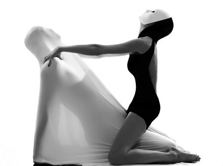 ballet hombres: bailarina int�rprete con mimo los amantes de la m�scara de par que act�an conceptuales en el estudio aislado sobre fondo blanco