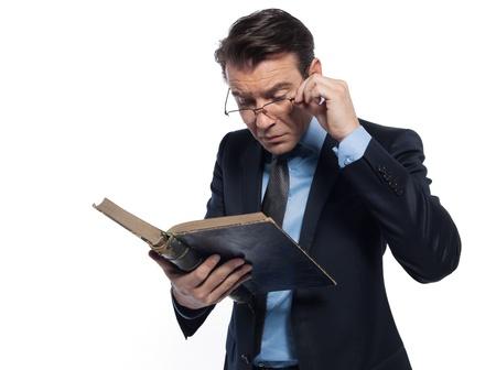 maestra ense�ando: un hombre cauc�sico profesor de la ense�anza de la lectura de un estudio de maestro de libro antiguo aislado sobre fondo blanco Foto de archivo