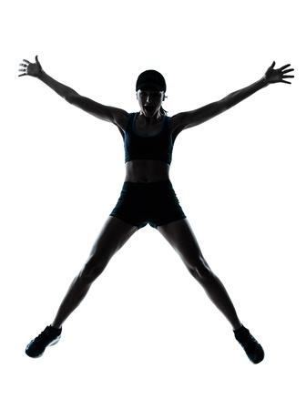 mujer deportista: una mujer de raza caucásica corredor corredor saltando feliz saltando en el estudio de la silueta sobre fondo blanco