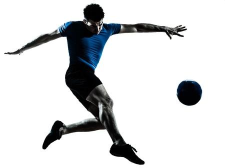 patada: un hombre cauc�sico volar patadas jugando al f�tbol silueta de jugador de f�tbol en el estudio aislado sobre fondo blanco Foto de archivo