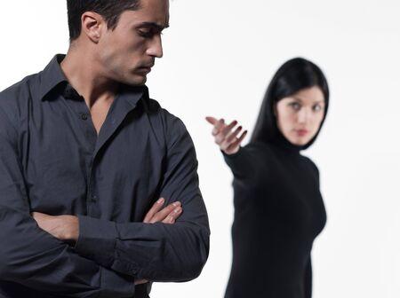 mujer llorando: una relaci�n de pareja joven dificultades disputa con una mujer llorando en el estudio aislado fondo blanco