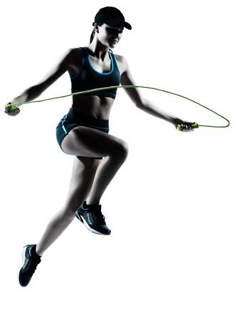 hacer footing: una mujer de raza cauc�sica corredor de la cuerda de saltar en el estudio de corredor silueta aislados sobre fondo blanco