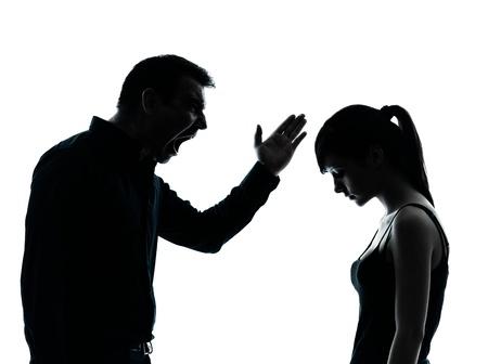 problemas familiares: un hombre y una chica adolescente conflictos de controversias en el interior silueta aisladas sobre fondo blanco Foto de archivo