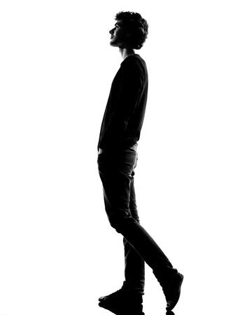 giovane uomo a piedi silhouette in studio isolato su sfondo bianco Archivio Fotografico