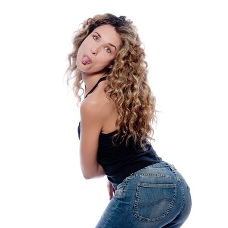 sacar la lengua: hermosa mujer caucásica Sacar la lengua de estudio retrato aislado en fondo blanco Foto de archivo