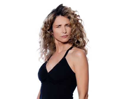 arrogancia: hermosa mujer caucásica pucker estudio de retrato triste, aislado sobre fondo blanco