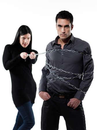 dominacion: mujer unirse a su hombre con una cadena en el fondo blanco Foto de archivo