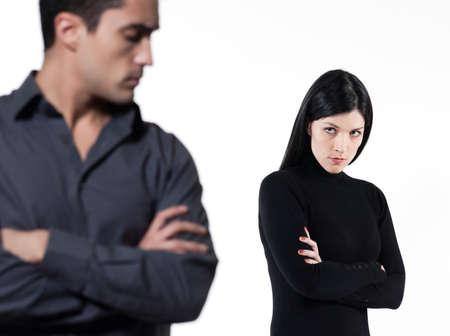 hommes: pareja joven en el fondo blanco que tiene una disputa