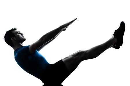 hommes: un hombre cauc�sico ejercicio de yoga, ejercicios de fitness barco de la posici�n en el estudio de la silueta sobre fondo blanco