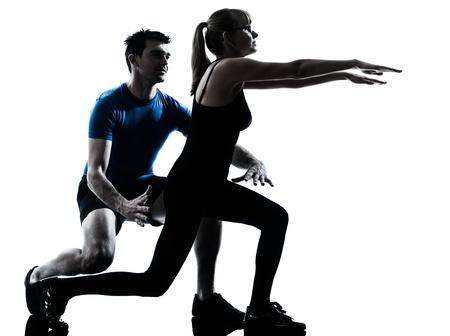 aide � la personne: instructeur d'a�robic, caucasien, femme m�re exercice entra�nement de fitness dans le studio silhouette isol� sur fond blanc