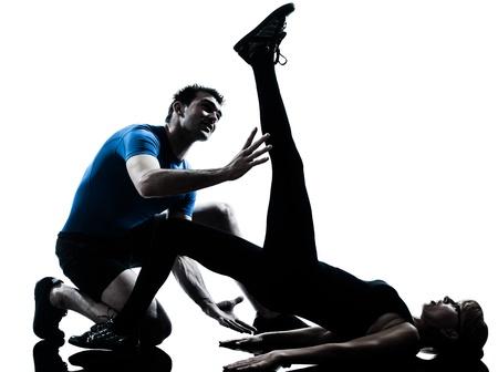instructor de aeróbicos caucásico mujer madura ejercicio de entrenamiento de la aptitud en el estudio de la silueta sobre fondo blanco Foto de archivo