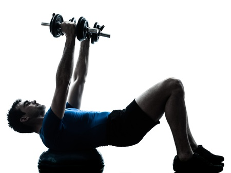 hommes: un hombre cauc�sico ejercicio de entrenamiento con pesas en el entrenamiento de la aptitud bosu en el estudio de la silueta sobre fondo blanco Foto de archivo