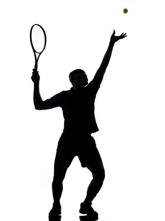tenis: el hombre africano afro americano jugando jugador de tenis en el estudio aislado en fondo blanco