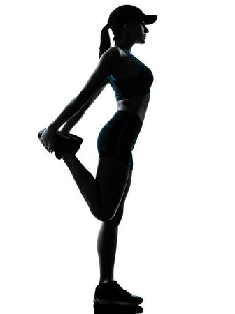 растягивание: один кавказские женщины бегун бегун растяжения ног в силуэте студии, изолированных на белом фоне