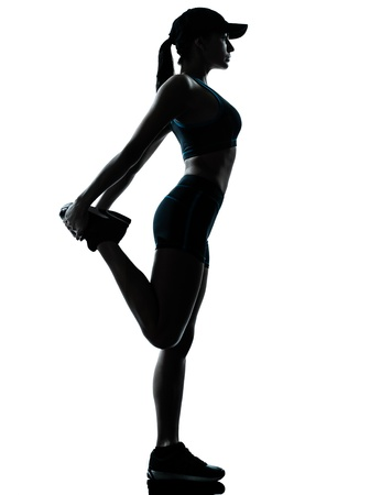 estiramientos: una mujer de raza cauc�sica corredor corredor de estirar las piernas en el estudio de la silueta sobre fondo blanco Foto de archivo