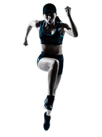 atleta corriendo: una mujer de raza caucásica corredor corredor de salto en el estudio de la silueta sobre fondo blanco