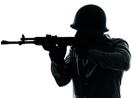 silhouette soldat: une armée de tir caucasien homme soldat studio isolé sur fond blanc