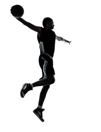basket: un giovane giocatore di basket silhouette man in studio isolato su sfondo bianco