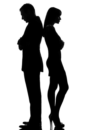 gente triste: una pareja cauc�sica de pie espalda con espalda del hombre y de la mujer triste en el estudio, silueta, aislado sobre fondo blanco