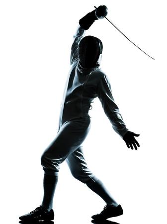 esgrimista: una silueta de hombre de esgrima en el estudio aislado sobre fondo blanco Foto de archivo