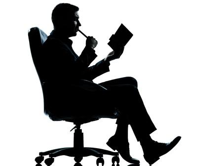 out think: un hombre de negocios cauc�sico sentado en longitud de la silueta completa sill�n en el estudio aislado sobre fondo blanco Foto de archivo