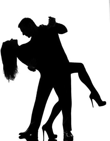 siluetas de enamorados: una pareja cauc�sica el hombre y el tango los amantes de la mujer bailando en el estudio de silueta aislados sobre fondo blanco