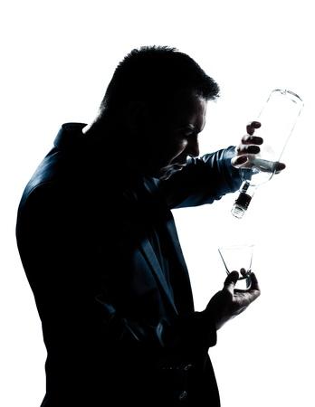 ubriaco: uno caucasico uomo ritratto sagoma ubriaco Puring vuoto botlle alcol in studio isolato sfondo bianco