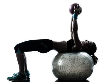 ejercicio aer�bico: una mujer cauc�sica ejercicio f�sico postura entrenamiento pelota en el estudio de la silueta aislado en el fondo blanco