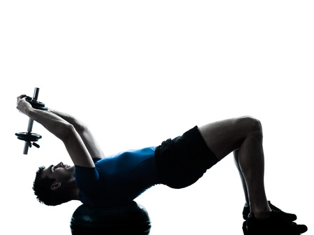 ejercicio aeróbico: un hombre caucásico ejercicio de entrenamiento con pesas bosu entrenamiento de la aptitud en el estudio de la silueta sobre fondo blanco