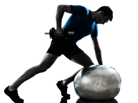 fitness hombres: un hombre cauc�sico ejercicio de entrenamiento con pesas ejercicios de fitness en el estudio de la silueta sobre fondo blanco