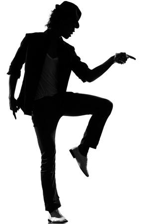 silueta bailarina: silueta de cuerpo entero de un hombre joven bailarín de hip hop bailando cobarde r & b en estudio aislado fondo blanco