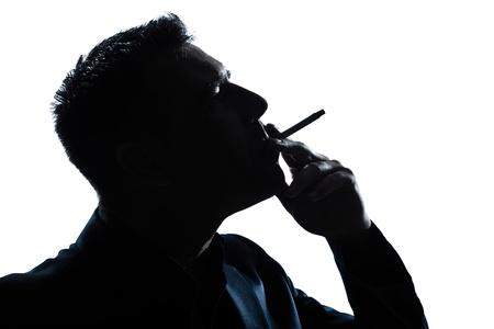 elegant business man: un uomo caucasico ritratto silhouette fumo di sigaretta in studio di sfondo bianco isolato Archivio Fotografico