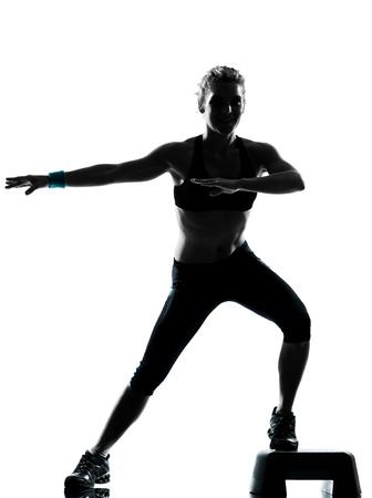 una mujer el ejercicio de entrenamiento de la aptitud postura ejercicio aeróbico en estudio de fondo blanco aisladas