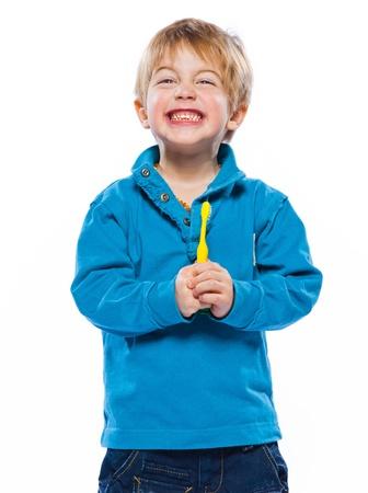 studio portret van een mooie leuke Kaukasische blonde jongen met een tandenborstel Stockfoto