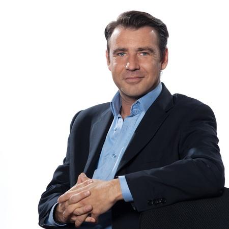 hombre: Apuesto hombre de negocios cauc�sico hombre sentado relajado retrato sobre fondo blanco aisladas