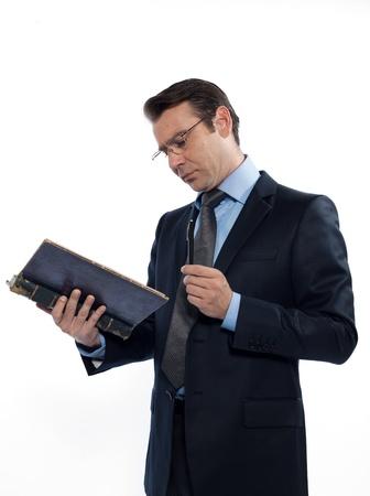 maestra ense�ando: un hombre cauc�sico profesor maestro que ense�a la lectura de un libro antiguo estudio aislado sobre fondo blanco Foto de archivo