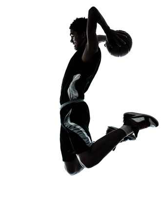 baloncesto: un básquet joven hombre silueta del jugador en el estudio aislado sobre fondo blanco Foto de archivo