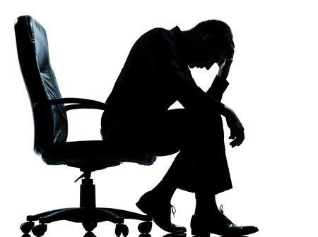 한 백인 비즈니스 남자가 흰색 배경에 절연 스튜디오에서 피곤 슬픈 절망 실루엣 전체 길이