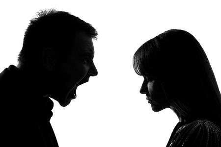 angry couple: un hombre cauc�sico y mujer cara a cara gritando dipute gritando en el estudio de la silueta aislado en el fondo blanco