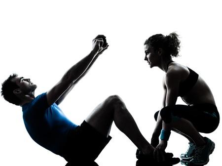 levantamiento de pesas: un hombre cauc�sico mujer entrenador personal trainer ejercicio estudio silueta abdominal aislado sobre fondo blanco