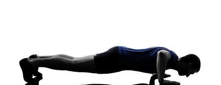 ejercicio aeróbico: hombre que ejercita aptitud del entrenamiento de empuje ups postura aeróbic en el estudio de la silueta aislado en el fondo blanco Foto de archivo
