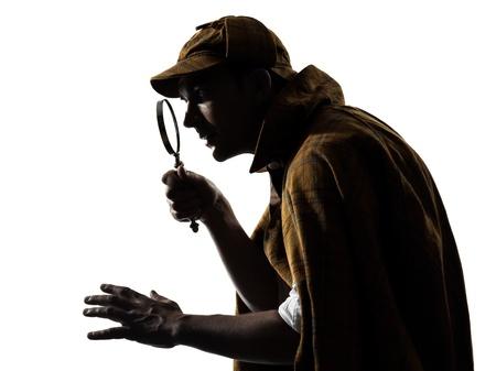 desconfianza: sherlock holmes silueta en estudio en el fondo blanco Foto de archivo