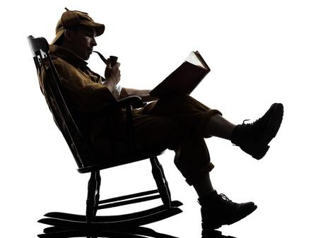 desconfianza: sherlock holmes lectura silueta sentada en la mecedora en el estudio sobre fondo blanco Foto de archivo