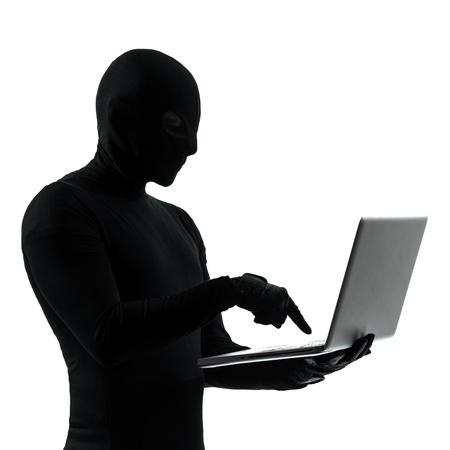 hacking: hacker ladro criminale in studio, silhouette, isolato su sfondo bianco