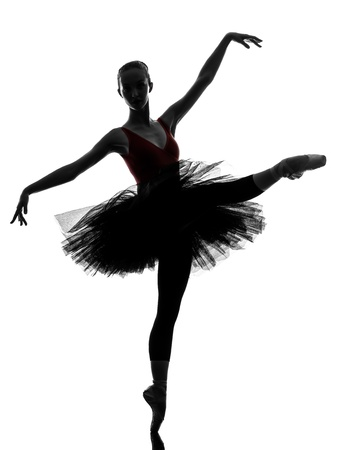ballet clásico: una mujer caucásica joven bailarina de ballet bailarina bailando con tutú en el estudio de la silueta en el fondo blanco Foto de archivo