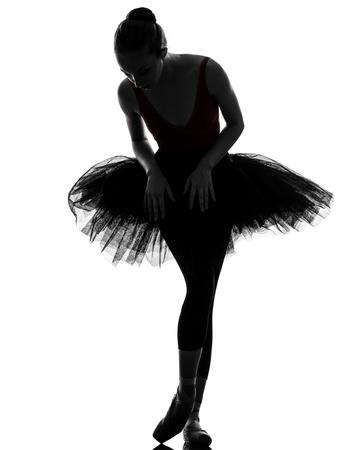 danza clasica: una mujer cauc�sica joven bailarina de ballet bailarina bailando con tut� en el estudio de la silueta en el fondo blanco Foto de archivo