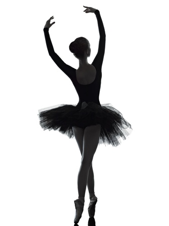 ballet clásico: un caucásico joven bailarina de ballet mujer bailarina bailando con tutú en estudio de la silueta sobre fondo blanco
