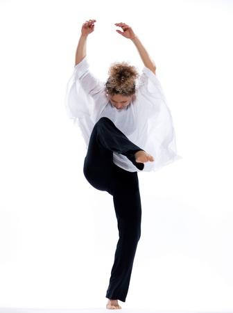 danza contemporanea: hermosa mujer madura bailando ballet moderno sobre fondo blanco aislado